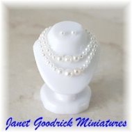 Dollhouse Pearl Necklace Display
